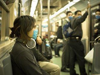 Fotografia dziewczyny jadącej metrem wmasce lekarskiej