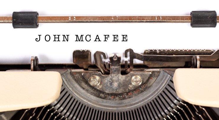 Grafika przedstawiająca maszynę dopisania zkartką, na której umieszczono napis John McAfee