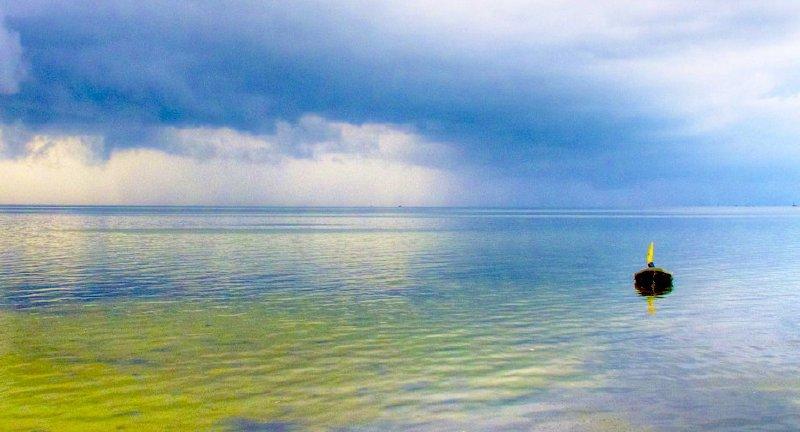 Fotografia łódki na morzu Bałtyckim