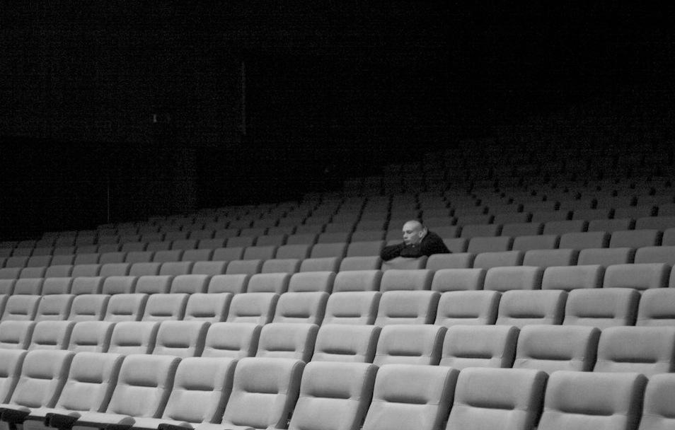 Okładka audycji random:self - widz wpustej sali kinowej