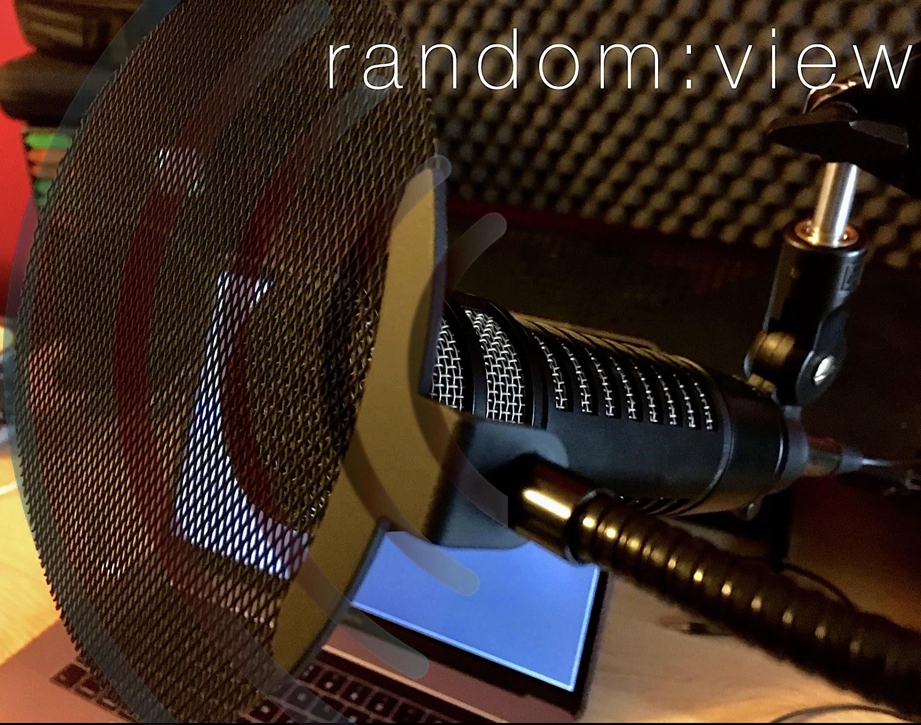 Okładka audycji random:view - mikrofon dynamiczny na tle ekranu LCD