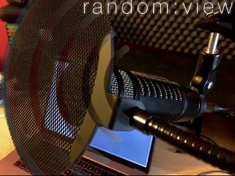 Okładka podcastu random:view - fotografia mikrofonu dynamicznego na tle ekranu LCD